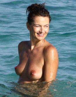Паулина Поризкова засветила голую грудь