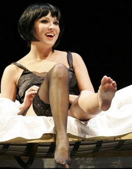 Горячие фото Анны Нетребко в нижнем белье и чулках из театра