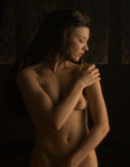 Обнаженная Натали Дормер в постельных сценах из кино