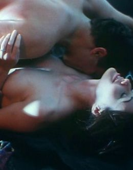Кадры с Шеннен Доэрти с голой грудью из кино