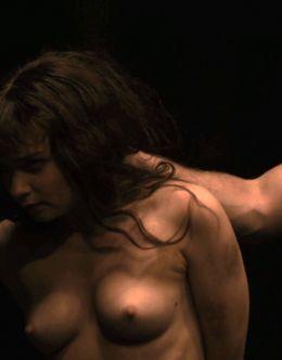 Голая Джессика Барден на кадрах 18+ из сериала «Страшные сказки»