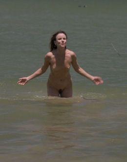 Полностью голая Джульетт Льюис в сериале «Кемпинг» (с 2018)