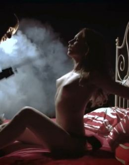 Голая Янина Мелехова в сериале «Охотники за бриллиантами» (2011)