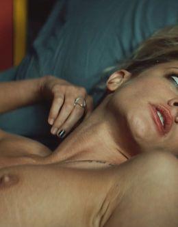 Полина Максимова показала голую грудь в фильме «Без меня»