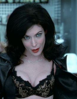 Лара Флинн в нижнем белье на кадрах из «Люди в чёрном 2» (2002)