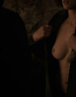Полностью голая Натали Эммануэль на кадрах из сериала «Игра престолов»