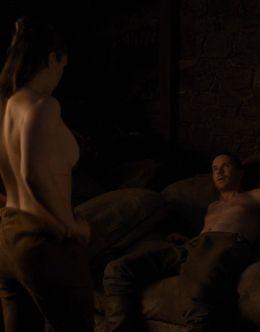 Голая Мэйси Уильямс в постельной сцене из сериала «Игра престолов»