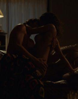Голая Адриа Архона в сцене эротики из сериала «Нарко»
