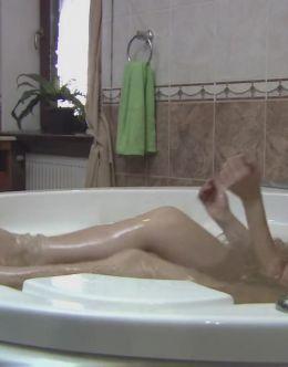 Голая Ольга Сумская принимает душ