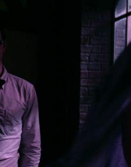 Обнаженная грудь Дебора Энн Уолл в «Сорвиголове» (2015)