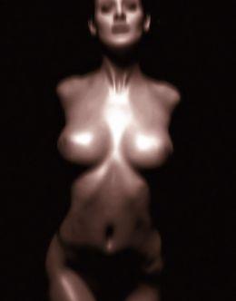 Голая Эммануэль Шрики на горячих фото из журналов
