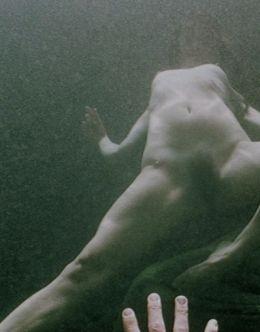 Раздетая Джульетт Льюис плавает под водой в фильме «Блуберри» (2004)