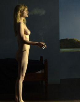 Полностью голая Клеманс Поэзи с сигаретой