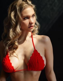 Кристина Романова на фото в купальнике