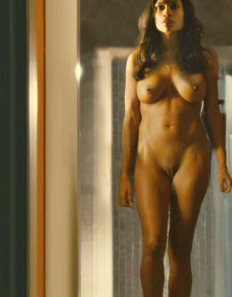 Полностью голая Розарио Доусон на эротических кадрах из кино