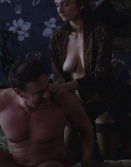 Грудь и попа Ирины Вилковой в эротической сцене из кино