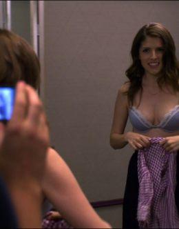 Аня Кендрик в нижнем белье в комедии «Охота на работу»