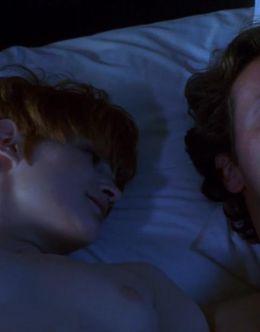 Засветы груди Джейсон Ли в картине «Одинокая белая женщина» (1992)