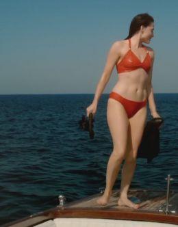Лара Пулвер в купальнике в мини-сериале «Флеминг» (2014)