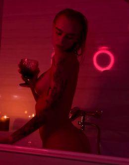 Обнаженная Диана Шурыгина принимает ванну