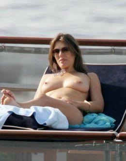Голая Элизабет Херли на пляжах (грудь, киска)