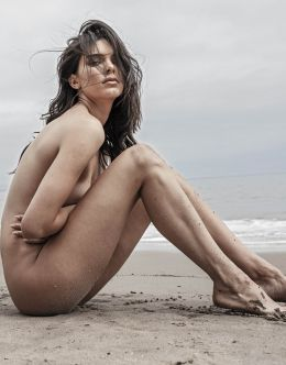 Полностью голая Кендалл Дженнер в эротическом фотосете на пляже