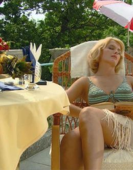 Маша Порошина в купальнике в фильме «Главное – успеть» (2007)