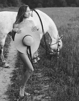 Горячая фотосессия с голой Серафимой Низовской (грудь)