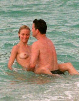 Засветы голой груди Кэмерон Диаз на пляже