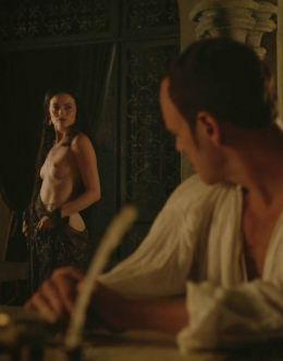 Голая грудь Лары Пулвер в сериале «Демоны Да Винчи» (2013-2015)