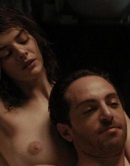 Голая Самара Уивинг на кадрах из фильма «Момент истины»