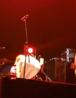 Алиса Вокс разделась до гола прямо на сцене (сиськи)