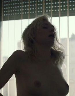 Голая Элизабет Дебики на эротических кадрах из кино