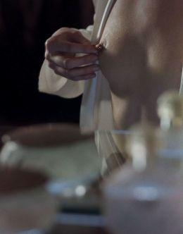 Засветы голой груди и попки Мии Васиковской в киноленте «Пирсинг» (2018)