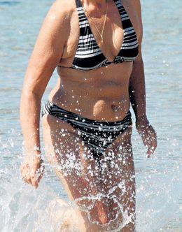 Ольга Остроумова на фото в купальнике (засвет)
