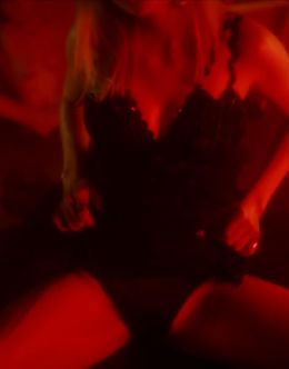 Горячие кадры Николы Пельтц из ролика LOVE ADVENT (попка)