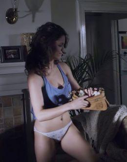 Обнаженная Эли Кобрин из фильма «Вне закона»