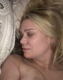 Обнаженная грудь и попа Лори Холден на слитых фото