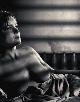 Карла Гуджино с голой грудью в «Городе грехов»