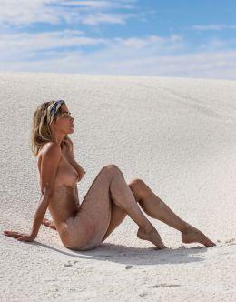 Горячие фото голой Сары Андервуд на фоне пустыни