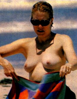 Линда Козловски засветила голую грудь