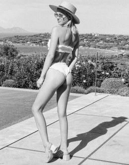 Фото Николы Пельтц в купальнике (попа, ножки)