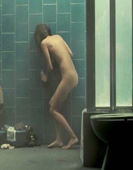 Елена Анайя принимает душ в фильме «Скелеты Железного острова» (2009)