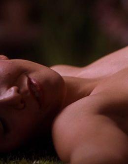 Полностью голая Мэгги Джилленхол в фильме «Секретарша» (2002)