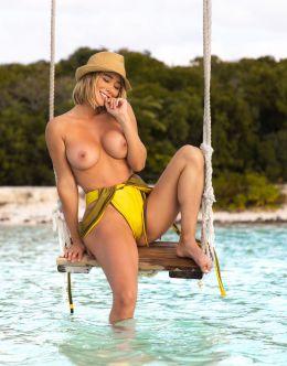 Сара Андервуд в купальнике