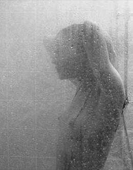 Полностью голая Юлия Хлынина на кадрах из фильма «Уик-энд» (грудь, киска)