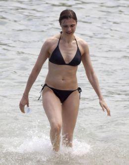 Рэйчел Вайс в купальнике