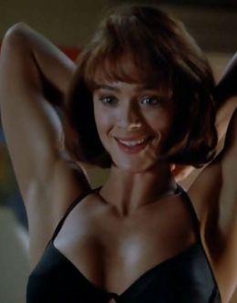 Лорен Холли в нижнем белье в сериале «Застава фехтовальщиков» (1992)