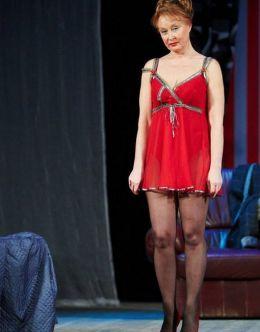 Пикантные фото с Ларисой Удовиченко из спектакля «Женитесь на мне» (2011)