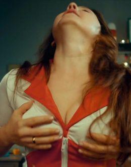 Валентина Рубцова в нижнем белье из сериала «СашаТаня»